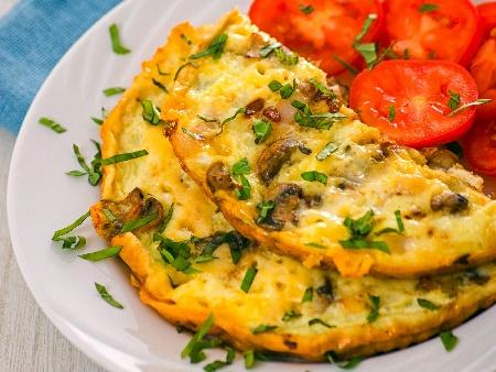 Бъркани яйца (омлет) с бекон, гъби и праз лук - снимка на рецептата